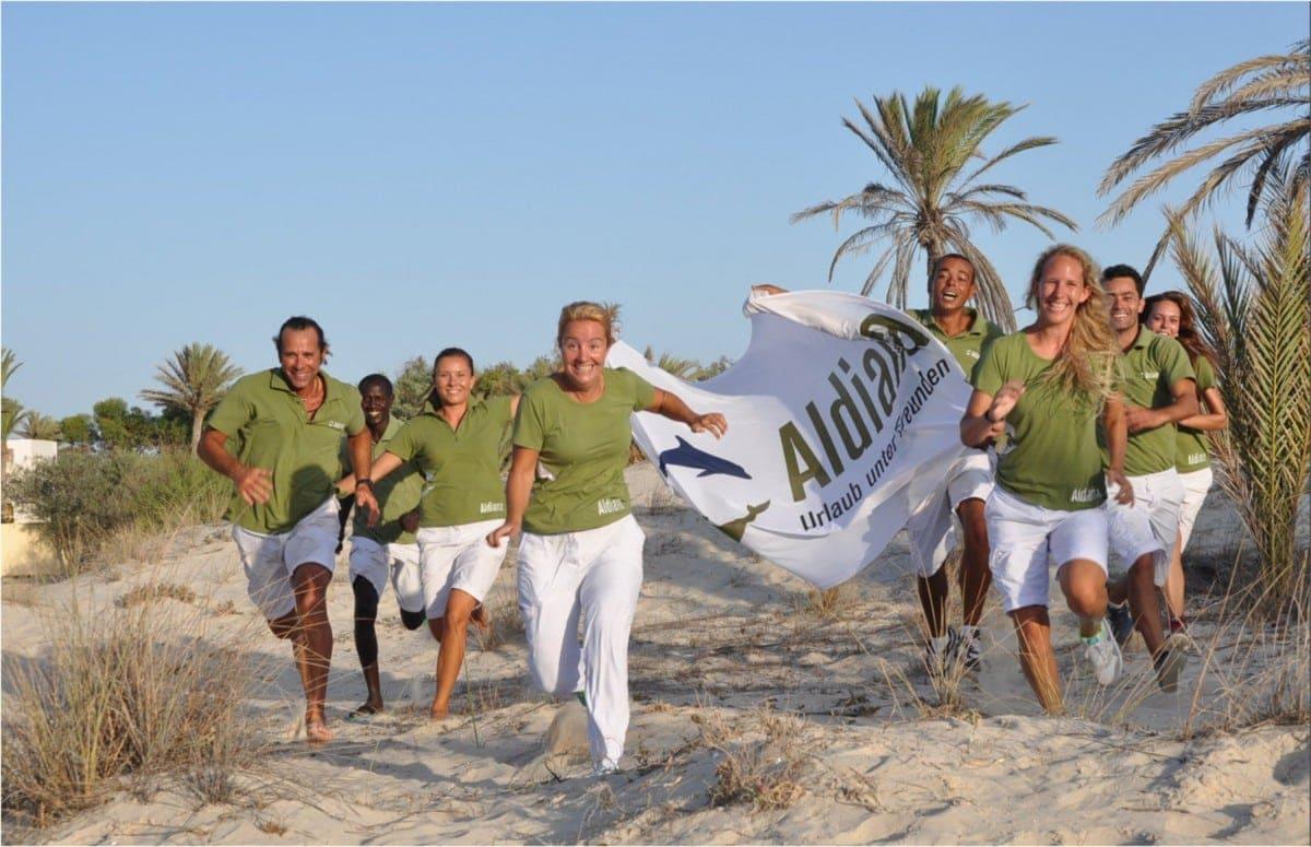 Aldiana-Mitarbeiterbekleidung-Teamwear-Corporate-Fashion-Hotel-Shirt-Poloshirt-Hose-Rock-Jacke-Stick-Branding